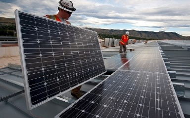 Workers are installing solar panels.  ©  FDFA