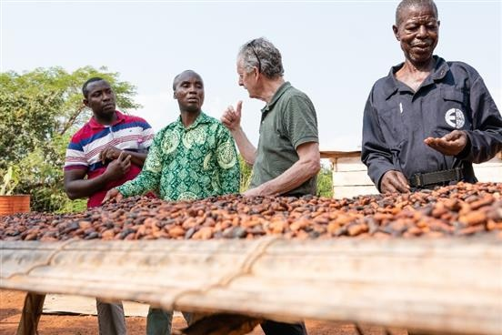 Mr. Ernst Brugger, President of the Swiss Platform for Sustainable Cocoa exchanging with Mr. Michael Ekow Amoah, Senior Manager, COCOBOD and other stakeholders during the field visit