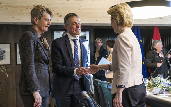 Federal Councillor Ignazio Cassis shakes hands with the new President of the EU Commission Ursula von der Leyen at the WEF in Davos.