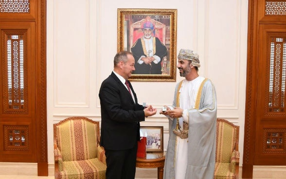 Gift handover by Jürg Stahl, President of the National Council, to H.E. Sheikh Khalid Al Mawwaki, Chairman of the Shura Council