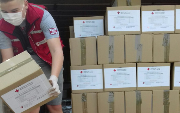 Delivery of food and hygiene packages by the Red Cross of Serbia