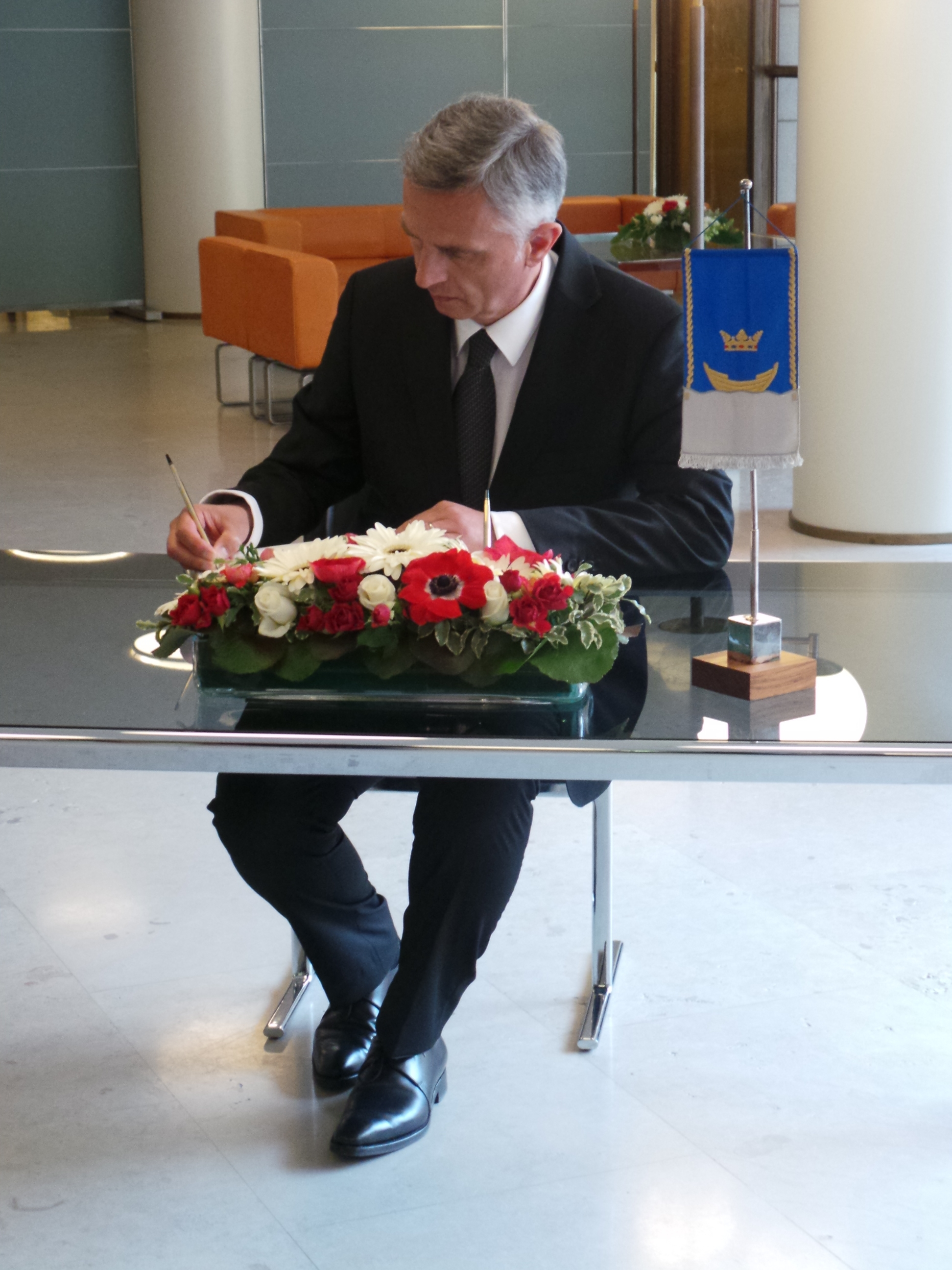 Didier Burkhalter enters his name in the Golden Book of the city of Helsinki.