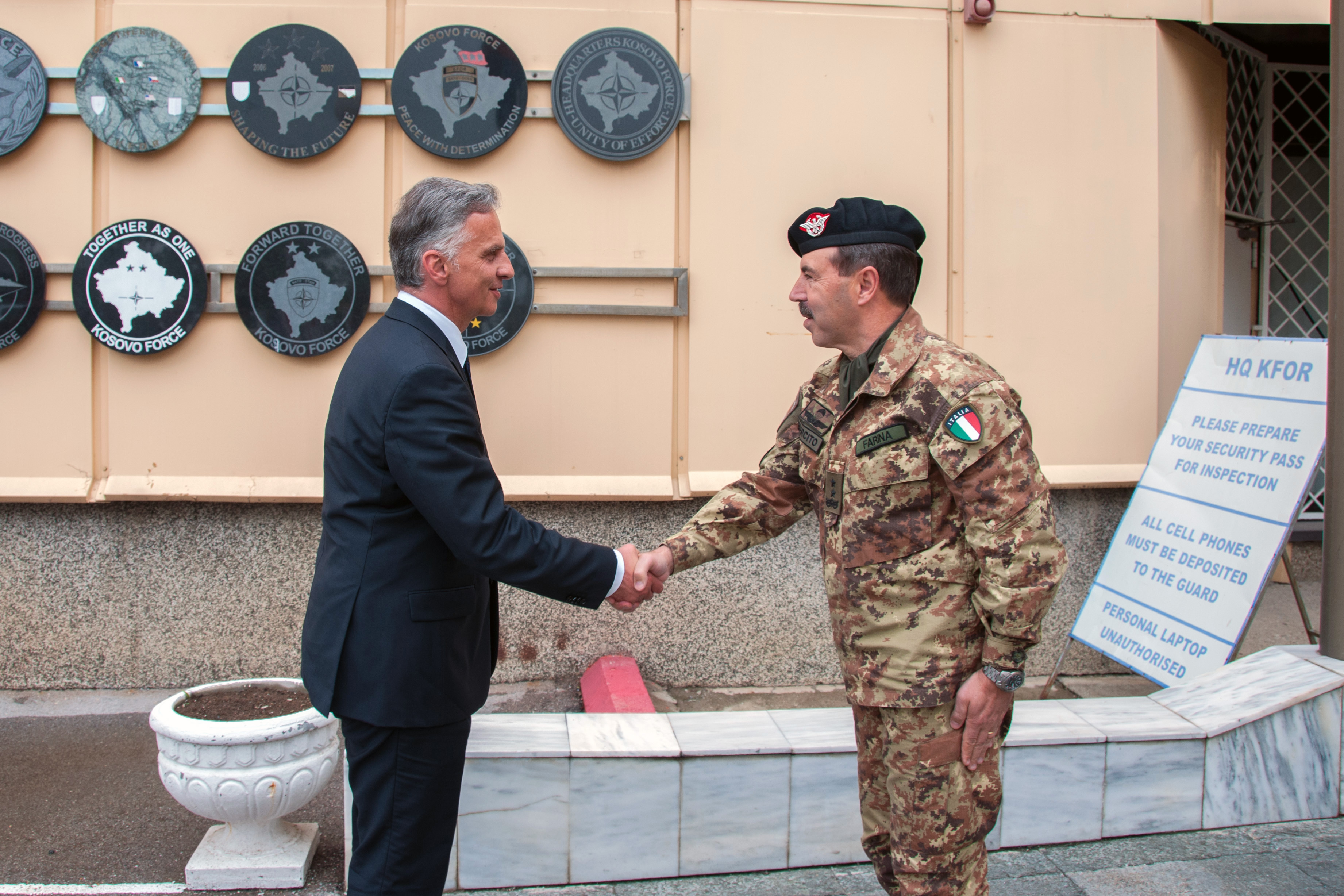 Salvatore Farina, commandant of the KFOR, welcomes President Didier Burkhalter