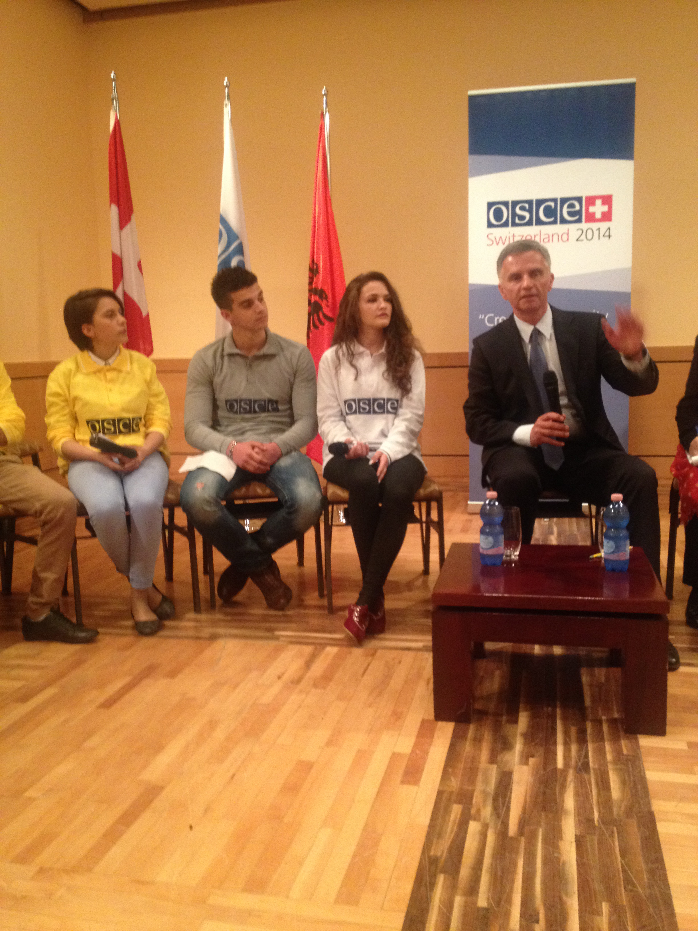In Tirana, Didier Burkhalter meets with young Albanians who attend a course on public spirit organized by the OSCE