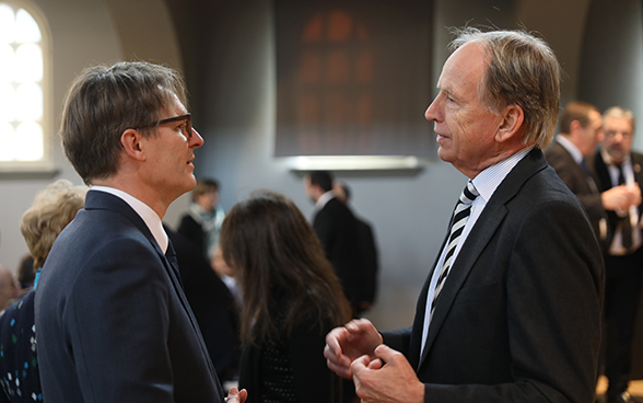 Benno Bättig, FDFA secretary-general and chairman-designate of the IHRA (centre), speaks with Otto Lampe, ambassador of the Federal Republic of Germany to Switzerland.