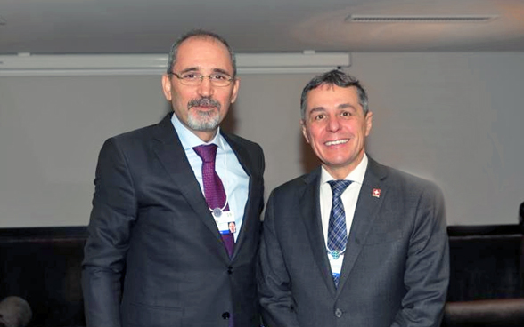 Federal Councillor Ignazio Cassis and Jordanian Foreign Minister Ayman Safadi pose for a photo at the WEF.