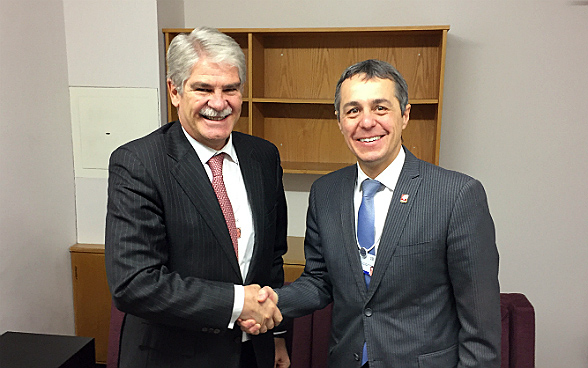 Federal councillor Ignazio Cassis meets Alfonso Dastis, the Spanish foreign minister, during the World Economic Forum.