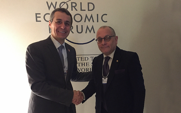Federal Councillor Ignazio Cassis welcoming Jorge Faurie, Argentina's Foreign Minister, before the bilateral talks in Davos.