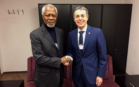 Federal councillor Ignazio Cassis meets the former UN Secretary-General Kofi Annan during the World Economic Forum.